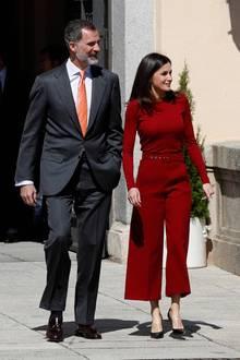 Königin Letizia erscheint ganz in Rot zu einem Termin in Madrid. Sie trägt eine schicke Culotte mit Gürtel und einen farblich perfekt abgestimmten Pullover - beides stammt von Hugo Boss, einem der Lieblingslabels der spanischen Schönheit.