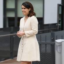 Prinzessin Eugenie besuchtin einem weißen Kleid von Majeein Krankenhaus in London. Das Dress bezirzt durch Tweed-Optik und eine betonte Taille.Dazu trägt sie ein schwarzes Haarband und offenes Haar.