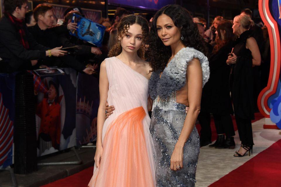 """Thandie Newton ist heute ausnahmsweise nur als Begleitung auf dem roten Teppich dabei. Ihre 14-jährige Tochter Nico Parker spielt in """"Dumbo"""" mit. Zur Europa-Premiere in London laufen Mutter und Tochter Arm in Arm über den roten Teppich."""