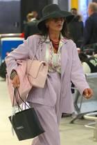 Vollbepackt mit derCrème de la Crème anLuxus-Taschen erwischen Paparazzi Catherine Zeta-Jones am Flughafen von New York. Über ihrer rechten Schulter trägt sie eine Chanel Bag in zartem Rosa. Daneben klemmt die Schauspielerin einen weiteren Stoffbeutel sowie eine klassische Einkaufstasche des Labels. Ihr lila Look samt bunter Bluse, dunklem Hut und Sonnenbrille machtLust auf den Frühling – und es ist das einzige Outfit, das die 49-Jährige dabei hat ...
