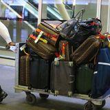 Denn Catherine Zeta-Jones dicht auf den Fersen ist ein Flughafen-Mitarbeiter, der einen großen Trolley mit Designer-Koffern von Louis Vuitton hinter sich herzieht. An Wechseloutfits mangelt es der Schauspielerin offensichtlich nicht.