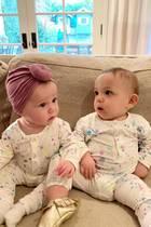 """Wie süß sind die denn! Mit ihren gepunkteten XXS-Onesies des Labels """"Little Moon Society""""sitzen diese beiden Style-Zwillinge auf der gemütlichen Couch, während ihre berühmten Mamis fleißig Fotos knipsen. Die zwei modischen Minis sind Banks und Lulu, die jeweiligen Töchter der Schwestern Hilary Duff und Haylie Duff. Doch die Baby-Looks sind nicht komplett gleich: Lulu scheint unbedingt auch solch einen schicken Top Knot wie ihre Cousine Banks haben zu wollen, denn sie schaut ihn bewundernd an."""