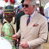 Charles beweist, dass er Rhythmus im Blut hat, und greift zu den Drumsticks.