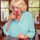 Camilla kostet noch einmal von einem lokalen Getränk.