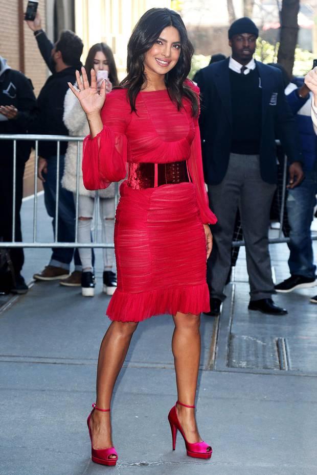 Pretty in Pink! Priyanka Chopras knalliger Look mit passenden High Heels ist ein echter Hingucker.