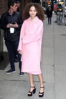 """Thandie Newtons schöne Tochter Nico Parker zeigt sich bei der Promotour für ihren Film """"Dumbo"""" in zartem Rosa."""