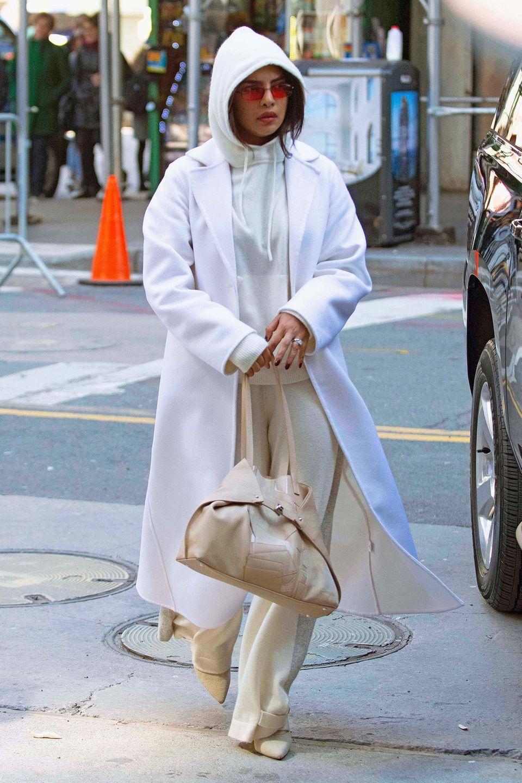 Eisbär-Look? Von wegen!Weiß und Beige wie Priyanka Chopra sie hier trägt sind perfekt für den Frühling.