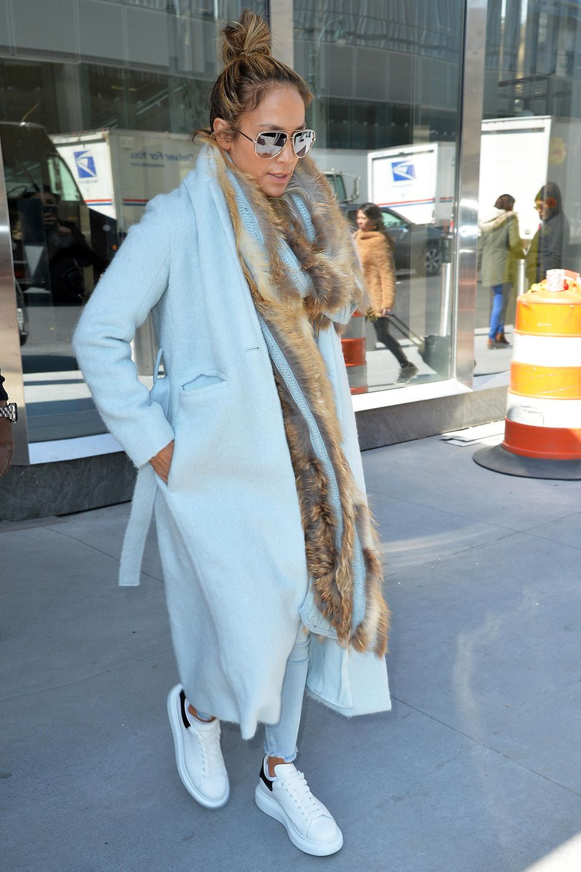 Auch wenn Look von Jennifer Lopez mit Mantel und Fell-Schal noch etwas winterlich anmutet, ist das strahlende Hellblau doch schon richtig frühlingshaft.