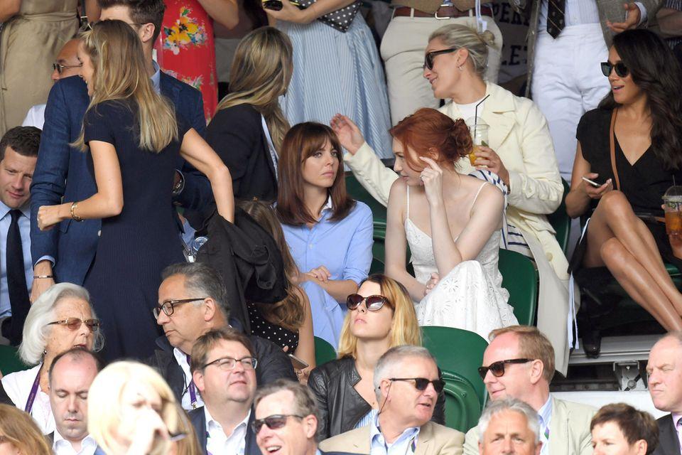 """Cressida Bonas (links, im blauen Kleid)und Meghan Markle begegnen sich bereits 2016 bei den """"Wimbledon Championships""""."""