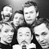 """21. März 2019  Thanos, mach' dich auf was gefasst! Diese sechs Avengers werden dich kriegen! Jeremy Renner heizt mit diesem witzigen Foto von sich und seinen Kollegen Chris Evans, Scarlett Johansson, Robert Downey Jr.,Chris Hemsworth und Mark Ruffalo schon mal die Stimmung für den kommenden """"Avengers: Endgame""""-Film an."""