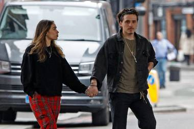 Brooklyn Beckham und seine neue Flamme Hana Cross laufen Hand in Hand durch London. Das junge Paar ist in weißen Schuhen,hochgekrempelten Hosenbeinen und weiten Oberteilen betontlässig unterwegs. Mutter Victoria soll ihre neuepotenzielleSchwiegertochter schon ins Herz geschlossen haben – das könnte auch an Hanas Gaderobeliegen: Unkompliziert und dennoch modisch.