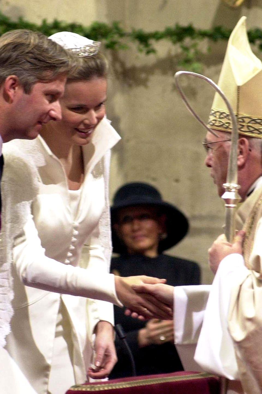 4. Dezember 1999  Bei Mathildes und PhilippesTraumhochzeit im Dezember 1999zelebriert Erzbischof Danneels die Messe in den Landessprachen Französisch, Flämisch und Deutsch.