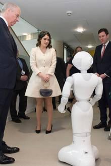 21. März 2019  Prinz Andrew, Prinzessin Eugenie und Jack Brooksbank sind bei ihrem Besuch desRoyal National Orthopaedic Hospitals ganz fasziniert vom Roboter Pepper.