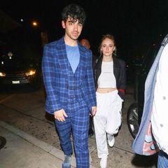 Into the Blue! Joe Jonas hat sich für eine Date-Night mitFreundin Sophie Turner ganz besonders in Schale geworfen. Der Sänger ist ein echter Fashionista und erscheint in einem blauenKaro-Anzug, wobei auch die Schuhe inklusive passender Sockenein Highlight sind. Wir lieben es!