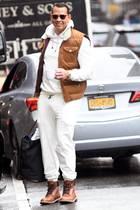 Na hoffentlich landet hier kein Kaffee auf der weißen Hose! Ziemlich mutig tritt Alex Rodriguez bei Schmuddelwetter auf New Yorks Straßen. Ob Pullover oder Pants hier lange sauber blieben? Der Liebste von Jennifer Aniston ist schon öfter durch seine hellen Outfits aufgefallen. Ob die Sängerin Alex diesen Look für ihn ausgesucht hat?
