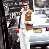 Na hoffentlich landet hier kein Kaffee auf der weißen Hose! Ziemlich mutig tritt Alex Rodriguez bei Schmuddelwetter auf New Yorks Straßen. Ob Pullover oder Pants hier lange sauber blieben? Der Liebste von Jennifer Lopez ist schon öfter durch seine hellen Outfits aufgefallen. Ob die Sängerin Alex diesen Look für ihn ausgesucht hat?