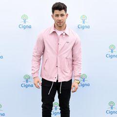 """Sänger Nick Jonas bricht mit Klischees und beweist, dass Rosa keine reine Mädchenfarbe ist. Die leichte Jacke im geraden Schnitt steht dem """"Jonas Brother""""-Star ausgezeichnet."""