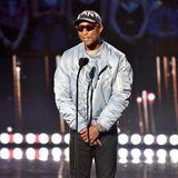 Pharell Williams tritt bei deniHeartRadio Music Awards 2019 betont lässig auf die Bühne. In seiner hellblauen Bomberjacke glänzt der Sänger auf der Bühne ganz besonders.