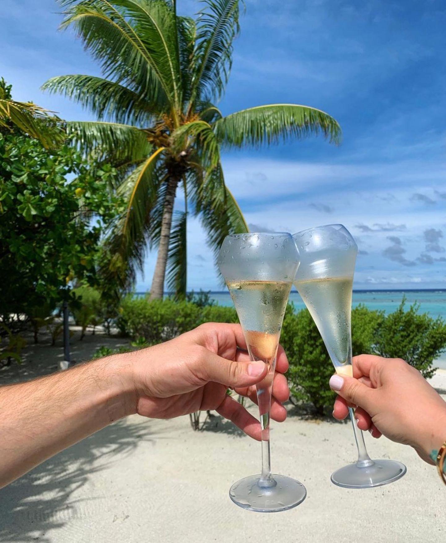 Unter blauen Himmel und Palmen lässt das Ehepaar die Champagner-Gläser klirren. Wo genau sie urlauben, verraten die Turteltauben allerdings nicht.