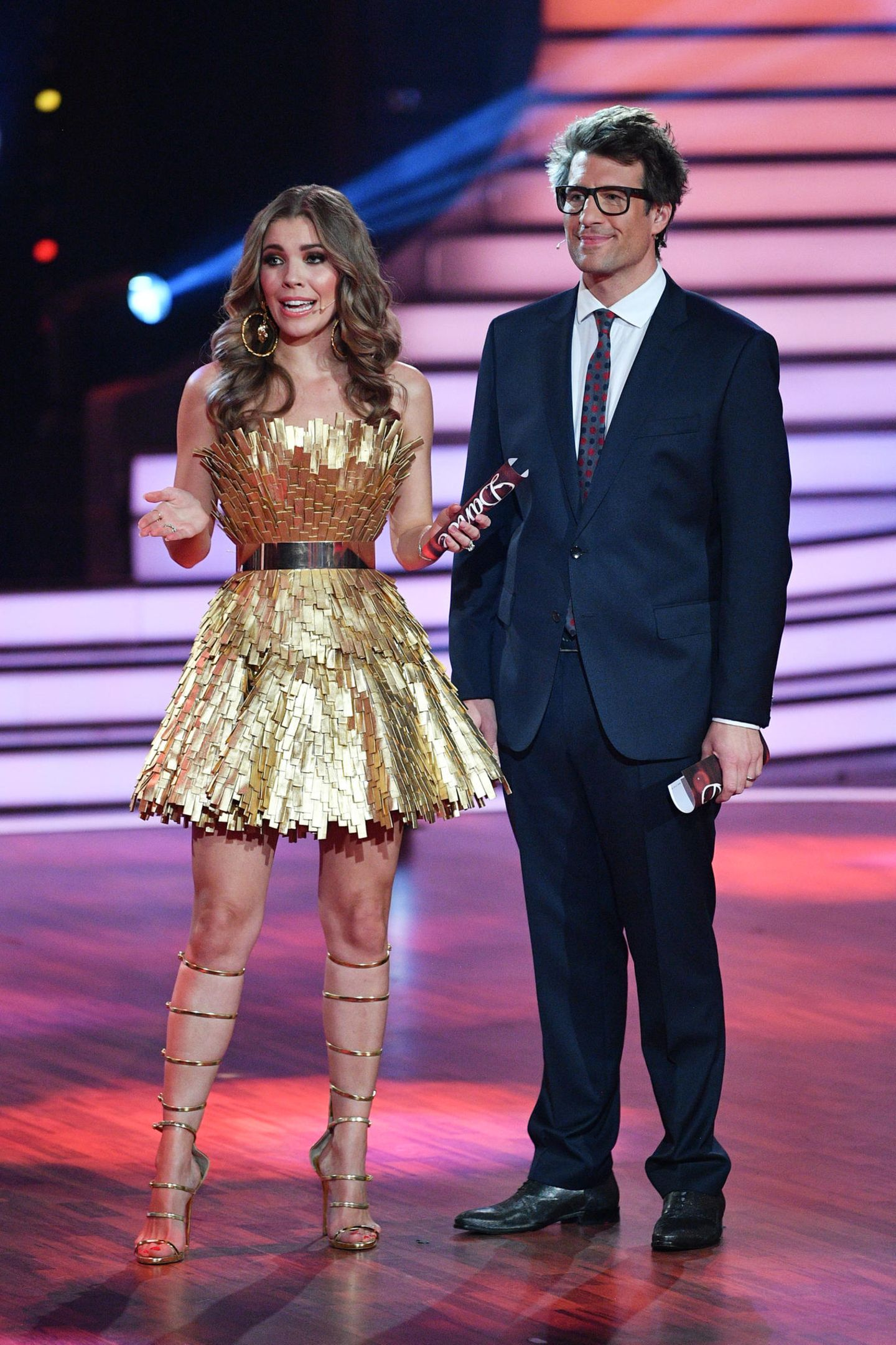 ... ziert die hübschen Beine der 25-Jährigen. Victoria führt auf Sandaletten im Gladiatoren-Stil souverän an der Seite von Co-Moderator Daniel Hartwich durch den Abend.