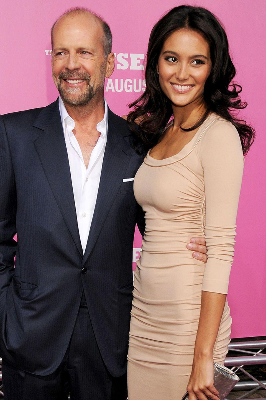 """Bruce Willis und Emma Heming  2005 lernten sich Bruce und Emma, hier im August 2008,bei den Dreharbeiten zu """"Perfect Stranger"""" kennen, und 23 Jahre Altersunterschied waren für die Verliebten kein Grund, nicht zu heiraten. Das taten sie am 21. März 2009 auf Parrot Cay. 2012 und 2014 wurden die beiden Eltern zweier Töchter. Auch 10 Jahre nach ihrer Hochzeit sind die beiden immer noch so glücklich wie vorher, und erneuern im Urlaub sogar ihr Eheversprechen. Wir gratulieren ganz herzlich!"""