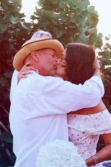Bruce Willis und Emma Heming  10 Jahre nach ihrer Hochzeit sind die beiden immer noch so glücklich wie vorher, und erneuern im Urlaub sogar ihr Eheversprechen. Wir gratulieren ganz herzlich!