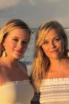 Reese Witherspoon und ihre Tochter Ava Phillippe sehen sich wirklich schon ähnlich genug, mit dem gleichen, schulterfreien Sommerlook in diesem Glückwunsch-Post an die Mama muss man noch genauer hinschauen, um die beiden nicht zu verwechseln.