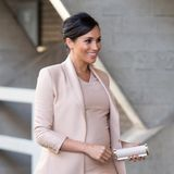 Dieses hübsche Umstandsmoden-Outfit in rosé schmeichelt nicht nur Meghans Teint, auch spekulierten Fansob sie damitvielleicht einen Hinweis auf das Geschlecht geben wolle.Doch ihr nächstes Outfit revidiert die Vermutung. Hier zeigt sie sich in der Farbe ...
