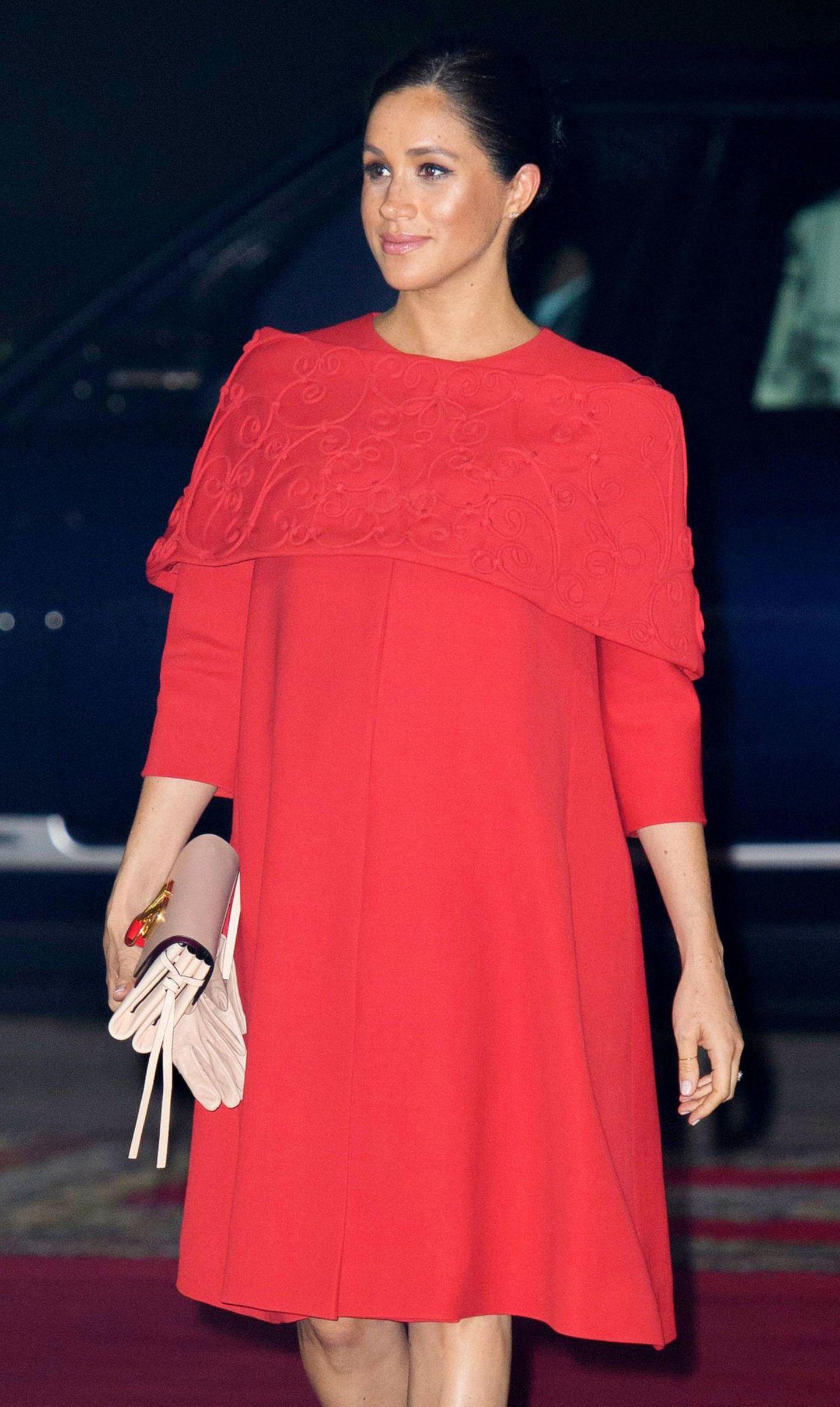 In einer roten Valentino-Robe schreitet Herzogin Meghan über den Red-Carpet – und verzaubert dabei alle Fotografen. Dass sie sowohl in kräftigen als auch in zarten Farben ihre Babykugel perfekt in Szene setzen kann, beweist der nächste Look.
