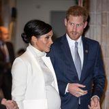 Was für eine Kugel: In einem hautengem Rollkragenkleid und farblich abgestimmtenMantel erscheint Herzogin Meghan zusammen mit ihrem Mann Prinz Harry auf einem Gala-Event.