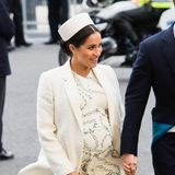 """Herzogin Meghan beweist, wie stylisch Umstandsmode sein kann. Zum Gottesdienst am """"Commonwealth Day"""" in London zeigt sie sich in einem Komplett-Look von Victoria Beckham, der direkt vom Runway kommt."""