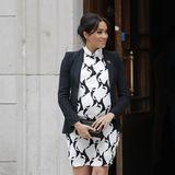 Das schwarz-weiße Muster des Kleids kaschiert die Babykugel. Doch ...