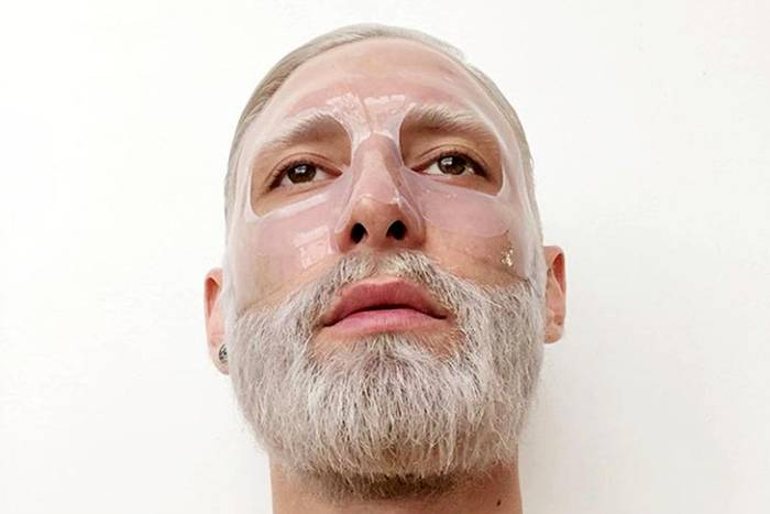 """Zugegeben, diese Gesichtsmaske dürfte weniger kosmetischen Zwecken dienen als Teil der unglaublichen Neuinszenierung sein, die Tom Neuwirth alias Conchita Wurst für seine neue Single """"Hit Me"""" durchlaufen hat. Aber dieser Instagram-Post bestätigt auf beeindruckende Weise, wie sehrStylisten Stars mit neuen Haarschnitten und -farben verändern können. Wir sind immer noch ganz baff."""