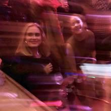 23. März 2019  Die Besucher der Pieces Gay Bar im New Yorker West Villagewerden Freitagnacht sicher nicht so schnell vergessen. Adele und Jennifer Lawrence haben sich nämlich vollkommen entspannt unter die bunte Menge gemischt undordentlich Party gemacht. Die beiden Superstars sehen auf diesem verwackelten Schnappschuss jedenfalls ziemlich angeheitert aus. Na, dann mal Prost!