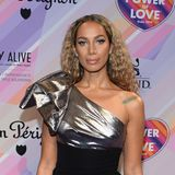 Sängerin Leona Lewis zeigt sich in einem One-Shoulder-Dress mit XXL-Schleife und und Metallic-Stoff.