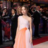 Die Tochter der US-amerikanischen Schauspielerin Thandie Newton sollten Sie sich merken: Nico Parker brilliert bei einer Film-Premiere in einem Kleid mitOne-Shoulder-Schnitt. Die orangefarbene Tüll-Schicht verleiht demdoch eher schlichten Kleideinen verspielten Look.