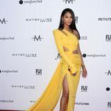 Das Victoria's-Secret-Model Chanel Iman trägt ein One-Shoulder-Dress mit langer Schleppe aus der Feder des Designers Julien Macdonald. Sowohl dieCut-Outs an der Taille als auch der tiefe Beinschlitz geben dem Look das gewisse Extra.