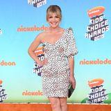 Auf den Kids' Choice Awards erscheint die US-amerikanische Schauspielerin Stevie Nelson ebenfalls in einem a-symmetrischen Kleid. Der kurze Schnitt des Kleides, das Pünktchen-Muster sowieder gepuffteÄrmel kreieren einen Hingucker-Auftritt.