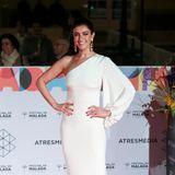 Die spanische Schauspielerin Blanca Romero wählt ein weißes, bodenlanges Kleid der Designerin Stella McCartney. Opulente Ohrringe und eine Hochsteckfrisur unterstreichen den a-symmetrischen Ausschnitt des Kleides.