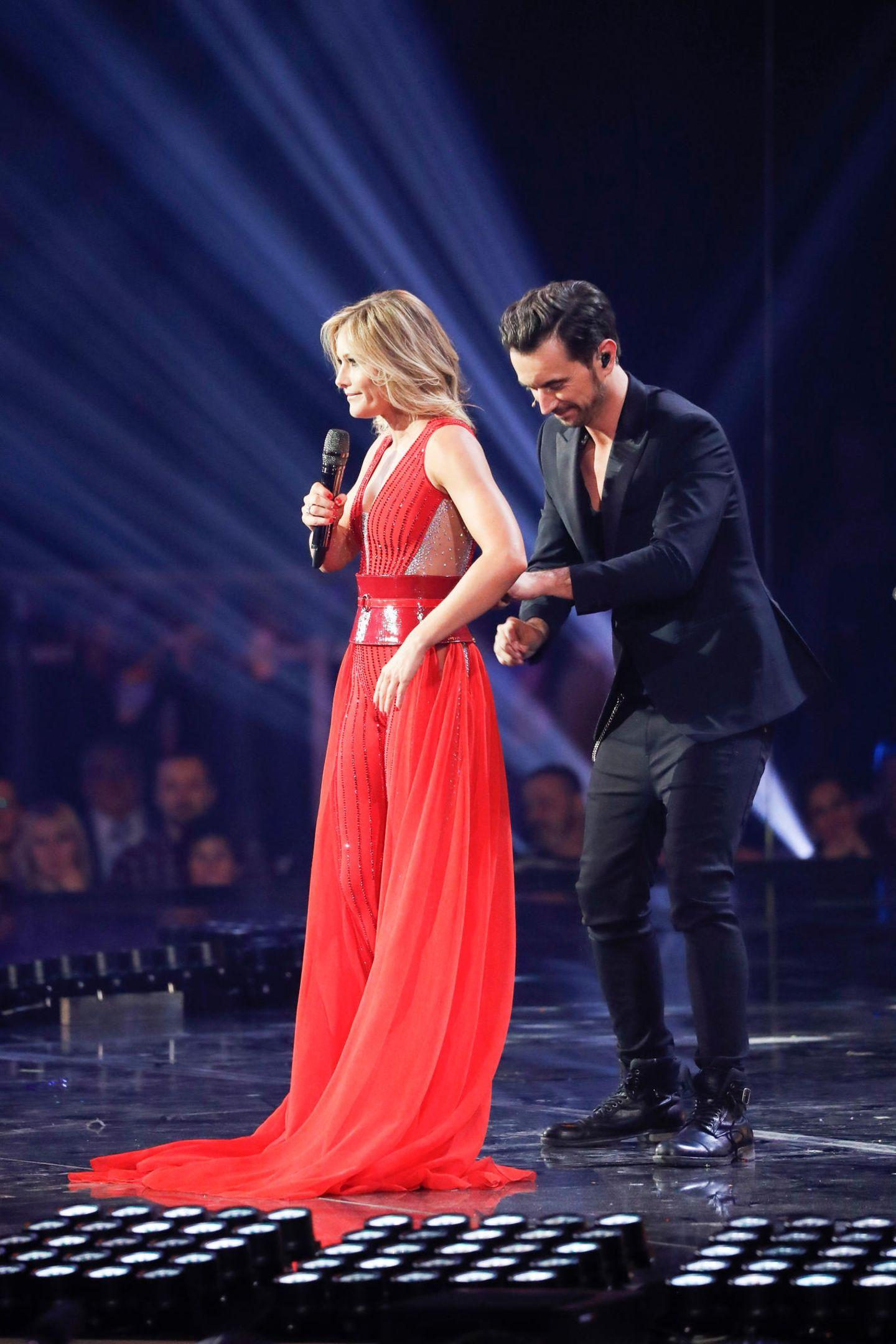 Denn ähnlich wie bei Linda Fäh, half Florian auch seiner damaligen Freundin Helene Fischer während einer Schlager-Show im Januar 2018 aus dem Outfit...