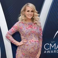 Im November letzten Jahres zeigt sich Country-Sängerin Carrie Underwood mit großer Babykugel auf dem roten Teppich. Das enganliegende Kleid mit Stickereien lässt die damals Hochschwangere strahlen. Am 21. Januar erblickt ihr Sohn Jacob gesund und munter das Licht der Welt. Und Carrie? Die sieht acht Wochen nach der Entbindung so aus ...