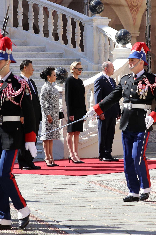 Beim Empfang für den chinesischen PräsidentenXi Jiping und seine FrauPeng Liyuan im Fürstenpalast zeigt sich Charlène in einem klassischen, aber unspektakulären Kostüm.