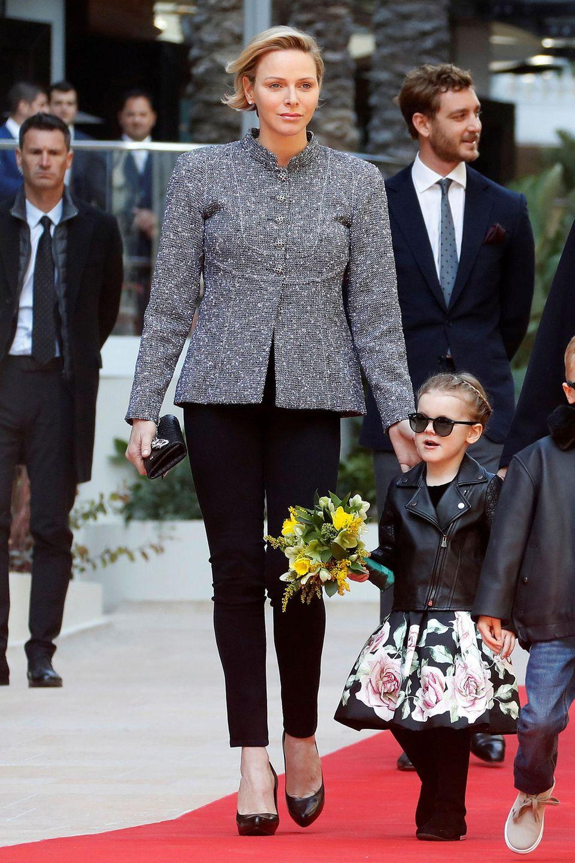 Bei der Einweihung eines neuen Luxuskomplexes in Monte-Carlo zeigt sich die Fürstin mit grauem Woll-Blazer und schwarzer Hose ebenfalls nicht sonderlich farbenfroh. Ihre Tochter Prinzessin Gabriella ist da im rosigen Rocker-Look schon eine coolerer Blickfang.