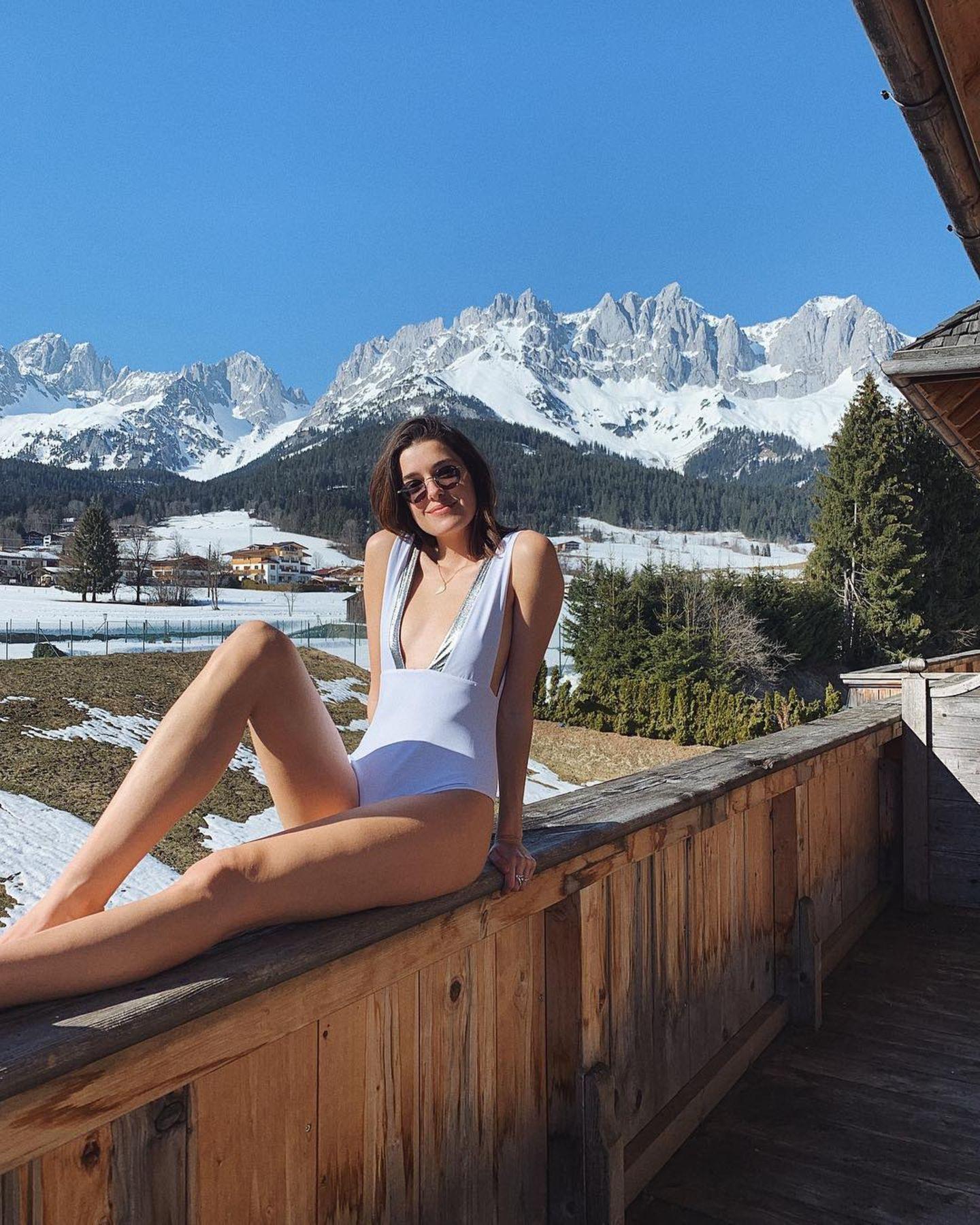 23. März  Model Marie Nasemann weiß, wie sie für das perfekte Postkartenmotiv posieren muss. Die schneebedeckten Berggipfel im Hintergrund und das Strandfeeling davor – ihr Urlaub in den Bergen scheint der perfekte Mix zu sein.