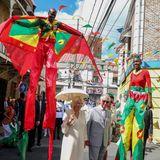 23. März 2019  Im karibisch bunten Trubel amüsieren sichPrinz Charles und seine Camilla während ihresBesuchs in Grenadas Hauptstadt St. George's ganz königlich.