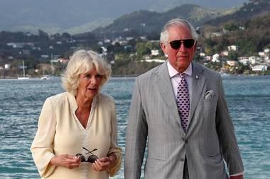 23. März 2019  Camilla streift ganz entspannt barfuß über Strand, Charles hätte mit der Sonnencreme allerdings nicht sparen sollen. Wie es aussieht, hat er sich einen heftigen Sonnenbrand eingefangen.