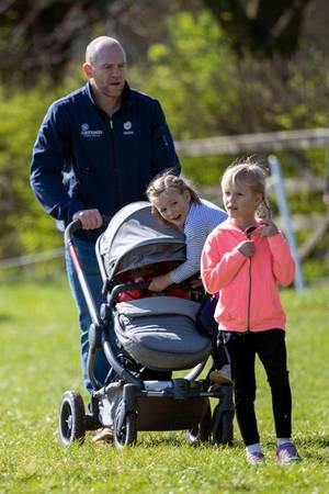 23. März 2019  Mia will mitfahren! Und zwar auf dem Kinderwagen von Schwesterchen Lena. Papa Mike Tindall ist schließlich stark genug, um beide Mädchen zu schieben.