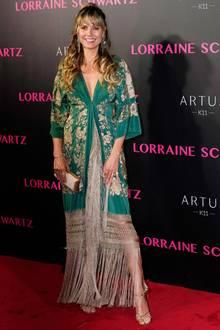 In Tokio erscheint Heidi Klum im floralenAsia-Look aufeiner Party von SchmuckdesignerinLorraine Schwartz. Das lockere Kleid mit Fransen wirkt betont lässig und auch ihr Make-up ist ungewohnt natürlich für einen Auftritt auf dem roten Teppich.