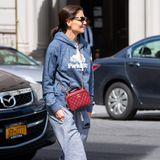 Ausgelatschte Ugg-Boots und Sofahose? Superstar Katie Holmes liebt es zwar sich herauszuputzen, zeigt hin und wieder aber auch gerne ihre entspannte Seite. So zieht sie auch hier imSchlabber-Look durch New Yorks Straßen. Das Highlight:Die rote Tasche von Chanel, die selbst dieses Outfit fast schon modisch erscheinen lässt.