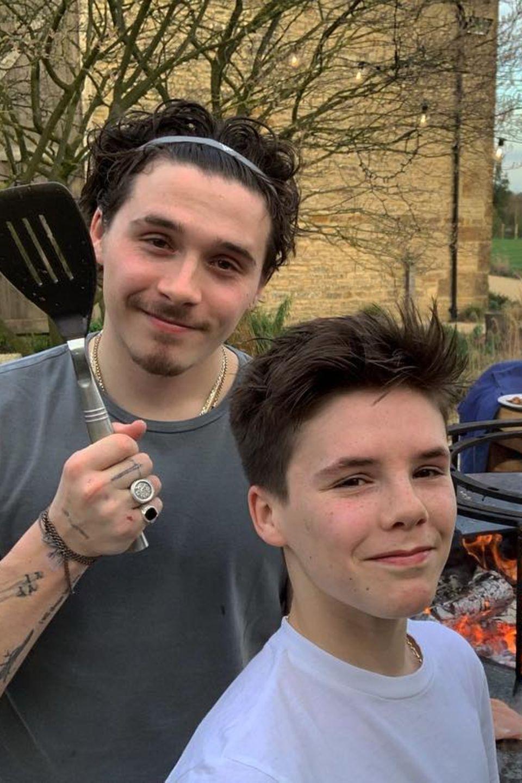 23. März 2019  Im Hause Beckham läuten Brooklyn, Cruz und David Beckham die Grillsaison ein. Cruz Beckham postet dieses Erinnerungsfoto an das schöne Erlebnis bei Instagram.